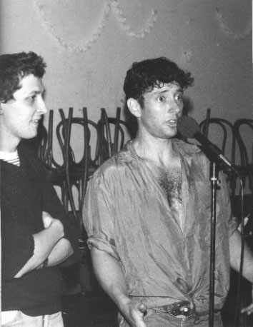 Pol Dodu fait l'interview de Jonathan Richman, en public et en direct � la radio, reils, 13 juin 1985. Photo : Bruno Rouvier